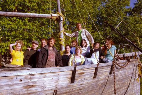 la cohorte 2007 des chemins d'écriture dans un bateau de bois.