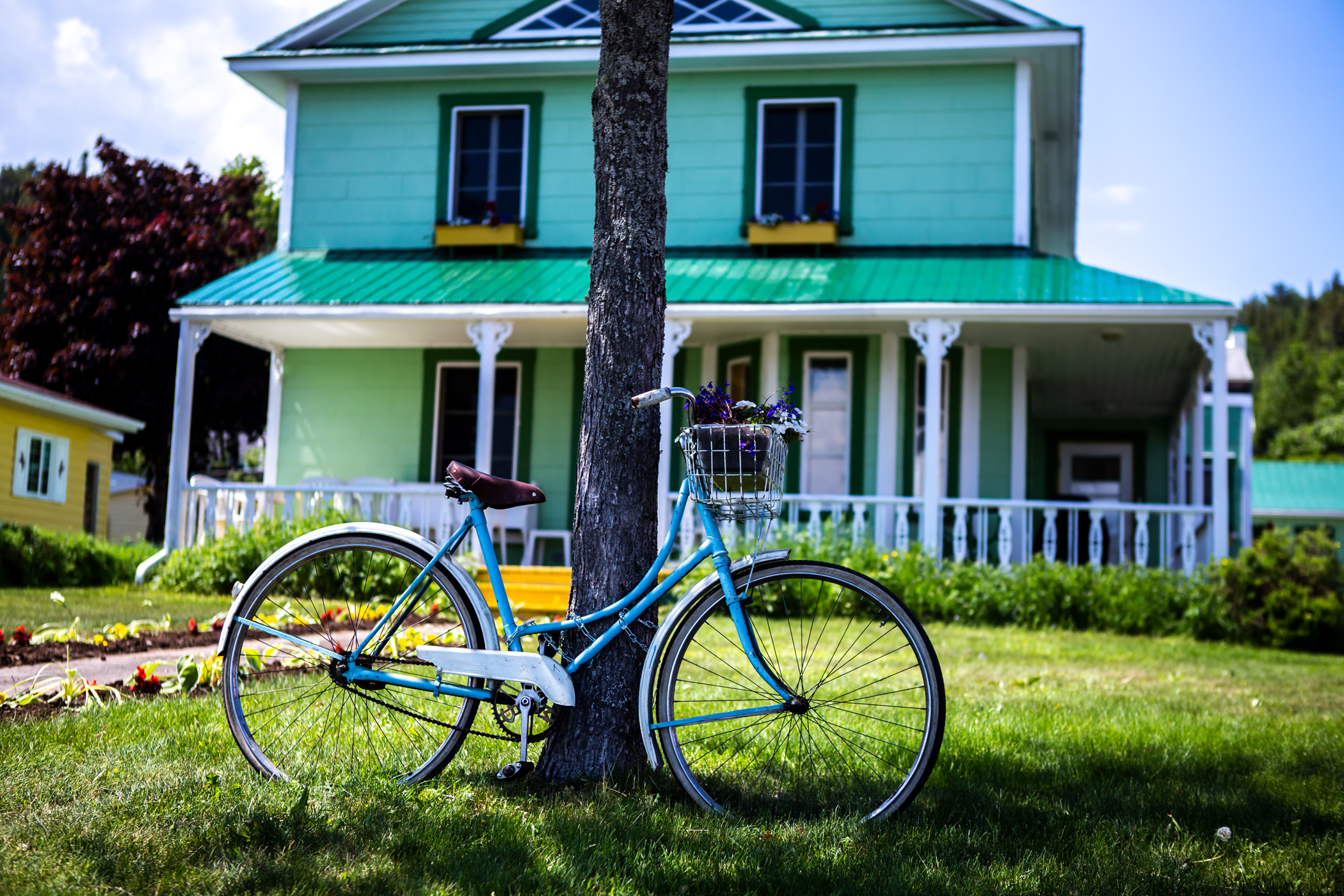 Une bicyclette devant une maison